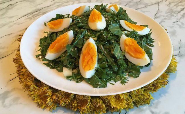 салат с одуванчиком и овощами