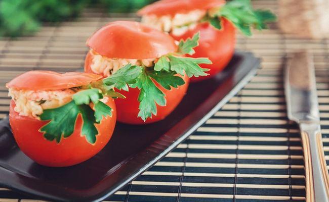 Фаршируем помидоры креветками с начинкой из плавленого сырка