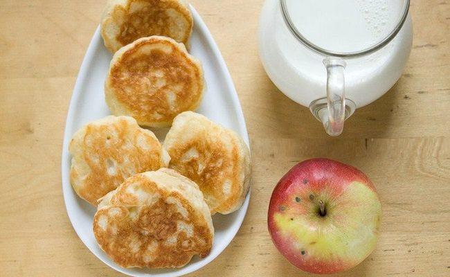 Пышные оладьи с яблоками без яиц на дрожжах