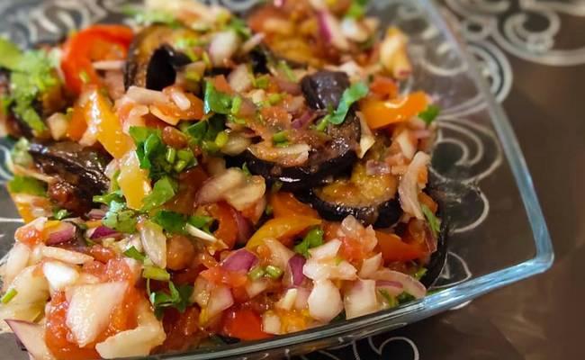 Осенний салат Ирина с тунцом, вялеными помидорами и запечёнными баклажанами