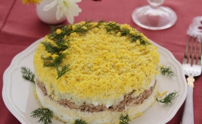 Салат Мимоза с сыром и сливочным маслом: пошаговый рецепт с фото