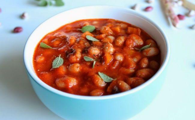 Острое лечо из красной фасоли с помидорами