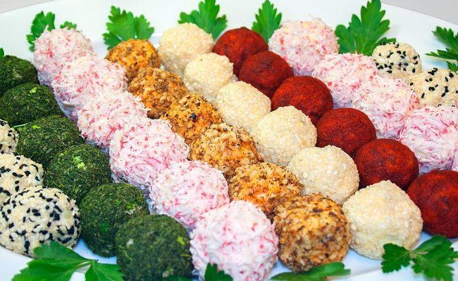 Красивая закуска – салат разноцветные новогодние шары