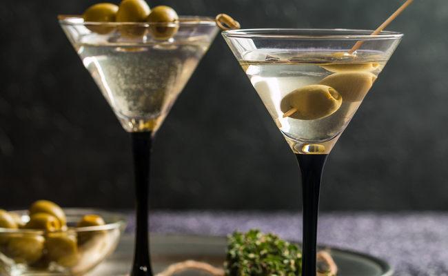 Простой рецепт коктейля с мартини Экстра Драй с оливкой