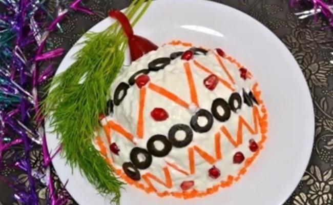 Салат к новому году Елочный шар с копчёной колбасой