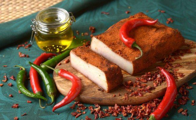 Шпик по-венгерски с красным перцем и чесноком