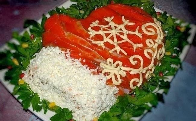 Простой рецепт салата Варежка Деда Мороза с красной икрой
