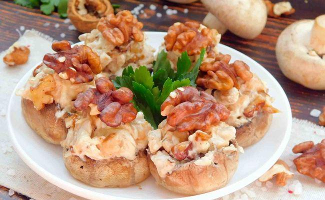 Шампиньоны, фаршированные курицей и грецкими орехами