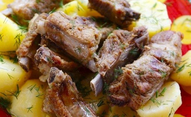 Жарим вкусные свиные рёбрышки с картошкой и луком