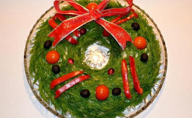 Салат Рождественский венок с курицей и грибами