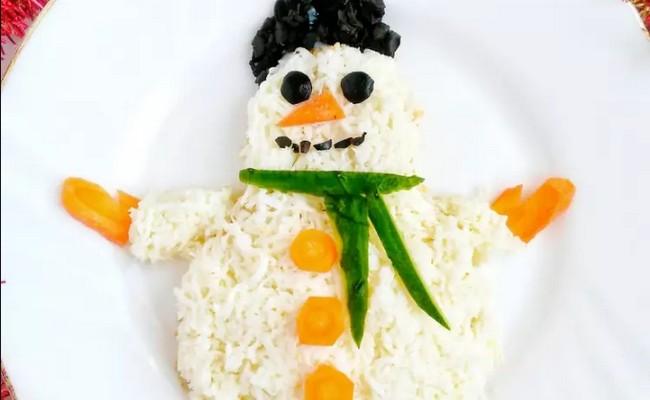 Салат Новогодний снеговик с ананасами и отварной индейкой