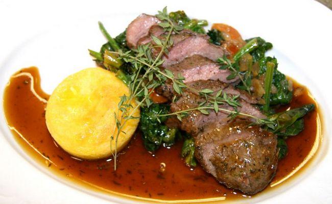 Кабанье мясо, приготовленное в казане под соусом