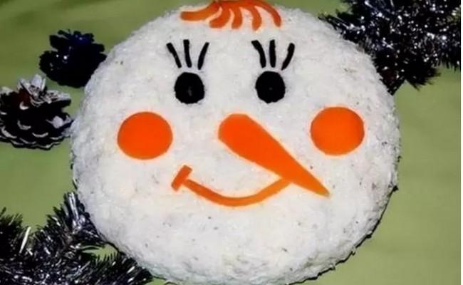 Оливье – Снеговик: необычная подача привычного салата