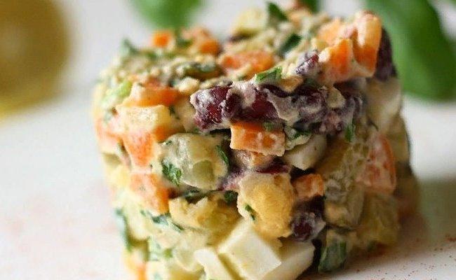 Рецепт салата Оливье со свежим огурцом, копчёной колбасой и фасолью