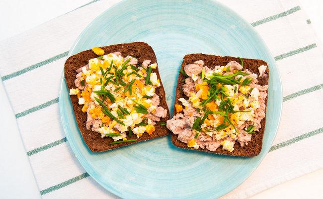 Бутерброды с печенью трески – рецепт с яйцом и луком