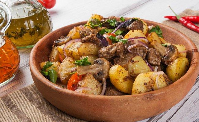 Жаркое из кабана с картошкой и грибами в духовке