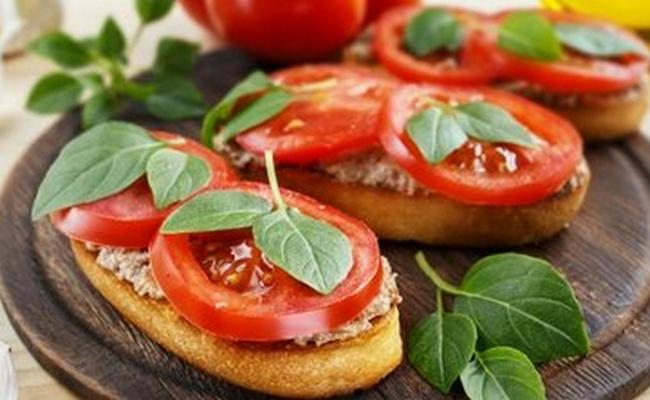 С печенью трески и помидорами