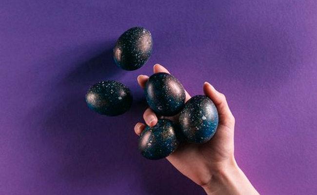красить яйца каркаде