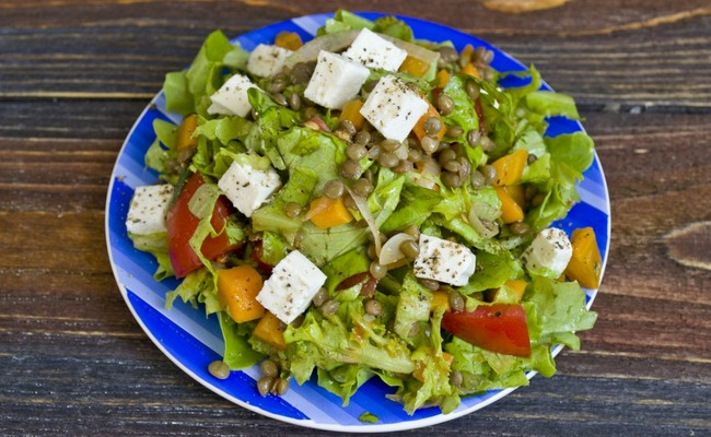 Салат с брынзой и чечевицей – простой и полезный