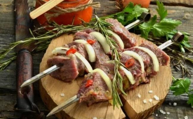 Как сделать маринад для шашлыка из индейки, чтобы мясо было сочным и мягким?