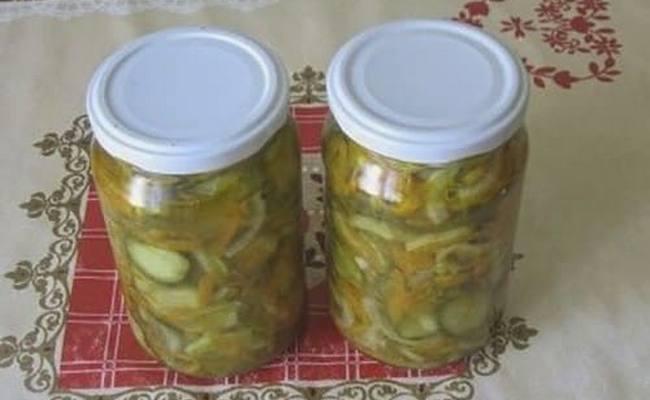 Простой рецепт салата из огурцов с луком и морковью