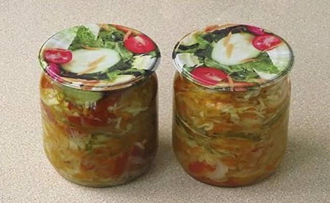 Готовим салат из огурцов с луком и капустой с добавлением помидор на зиму