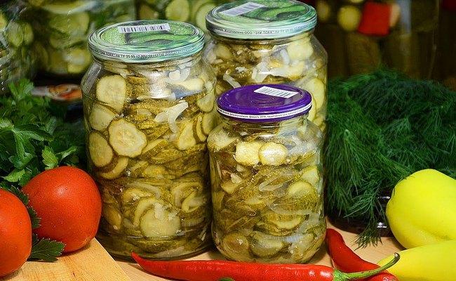 Простой вкусный салат из огурцов на зиму с чесноком и луком