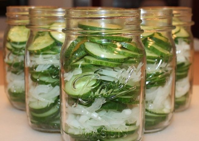 Готовим салат из огурцов с луком слоями на зиму в небольших банках