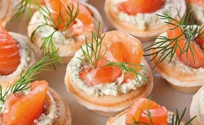 Красивые тарталетки с крабовыми палочками и красной рыбой