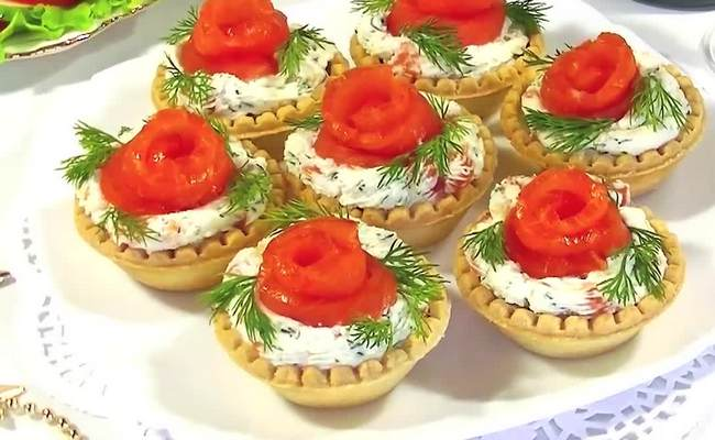 тарталетки с помидорами и крабовыми палочками