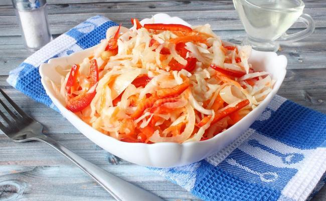 Овощной салат на зиму «Весенний» с белокочанной капустой и добавлением огурцов без стерилизации