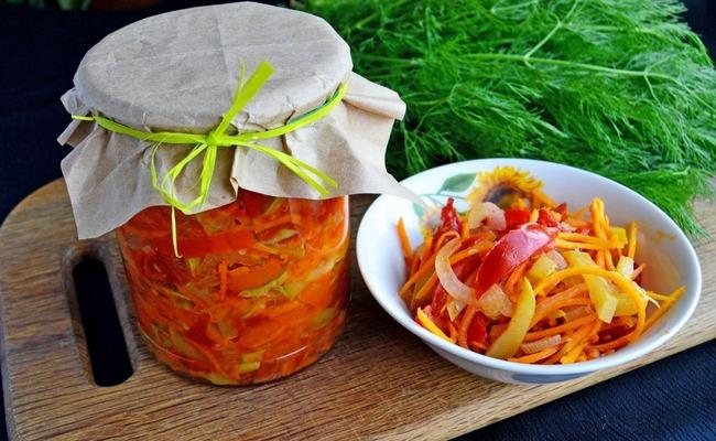 Простой салат «Парамониха» с кабачком – рецепт на зиму