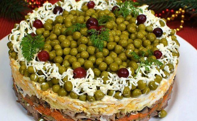 Слоёный салат Купеческий праздничный с говяжьим языком и солёными огурцами