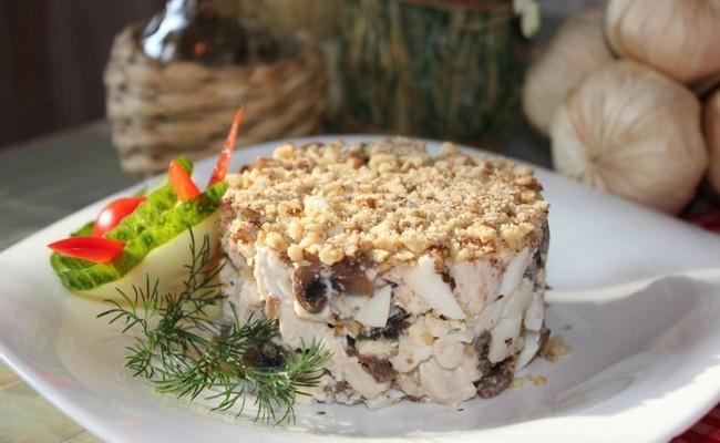 Вкусный салат Купеческий с курицей, грибами и черносливом