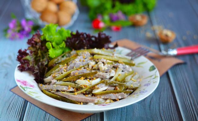 Салат Рыцарский – рецепт с говядиной и маринованным огурцом