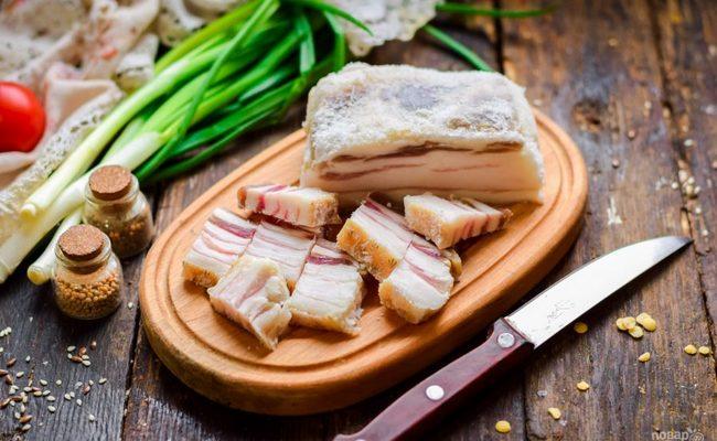 Как засолить сало с мясной прослойкой в луковой шелухе горячим способом