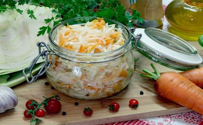 Маринованная капуста с морковью и чесноком за полтора часа в горячем рассоле с уксусом и сахаром