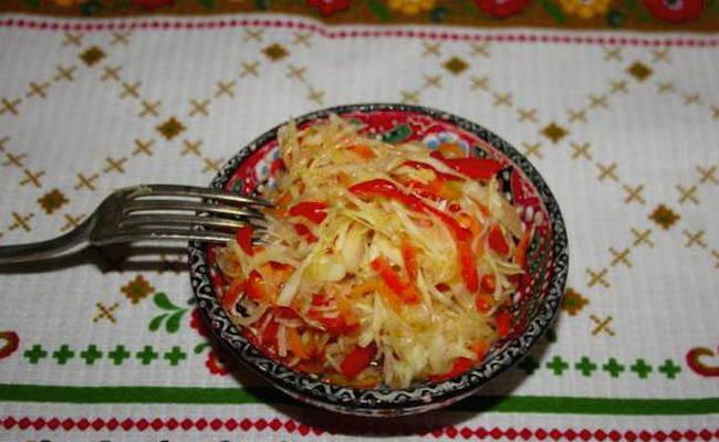 Вкусная маринованная капуста с морковью и луком в домашних условиях